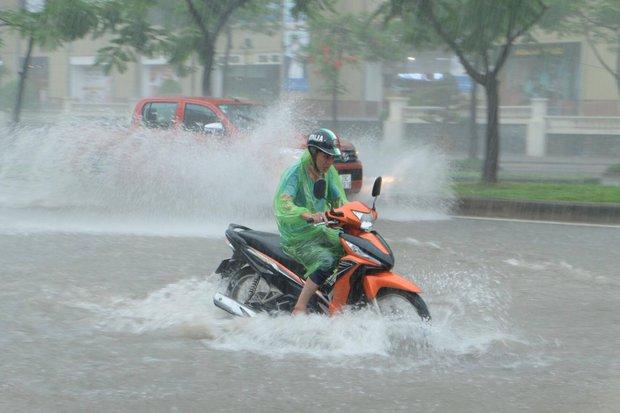 Ảnh hưởng của bão số 2: Hà Nội mưa lớn kéo dài, nhiều tuyến phố chìm trong biển nước - Ảnh 5.