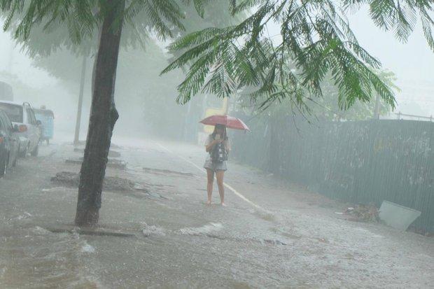 Ảnh hưởng của bão số 2: Hà Nội mưa lớn kéo dài, nhiều tuyến phố chìm trong biển nước - Ảnh 6.