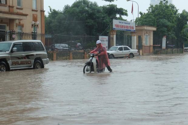 Ảnh hưởng của bão số 2: Hà Nội mưa lớn kéo dài, nhiều tuyến phố chìm trong biển nước - Ảnh 10.