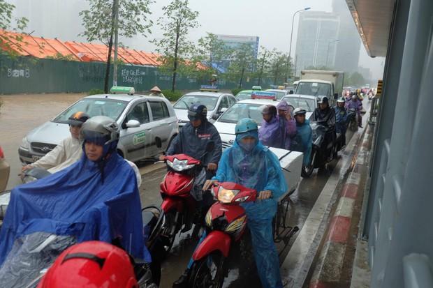 Ảnh hưởng của bão số 2: Hà Nội mưa lớn kéo dài, nhiều tuyến phố chìm trong biển nước - Ảnh 11.