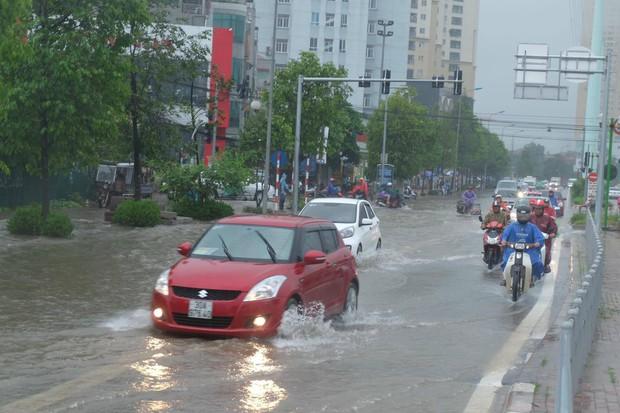 Ảnh hưởng của bão số 2: Hà Nội mưa lớn kéo dài, nhiều tuyến phố chìm trong biển nước - Ảnh 12.