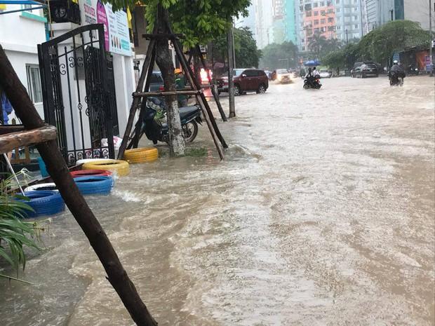 Ảnh hưởng của bão số 2: Hà Nội mưa lớn kéo dài, nhiều tuyến phố chìm trong biển nước - Ảnh 13.