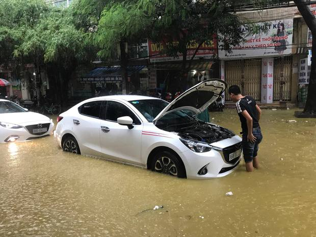 Ảnh hưởng của bão số 2: Hà Nội mưa lớn kéo dài, nhiều tuyến phố chìm trong biển nước - Ảnh 19.