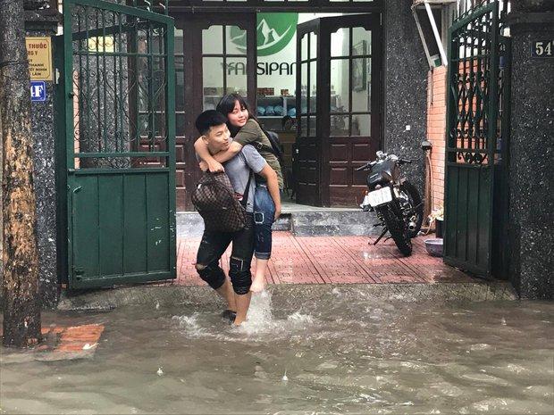 Ảnh hưởng của bão số 2: Hà Nội mưa lớn kéo dài, nhiều tuyến phố chìm trong biển nước - Ảnh 25.