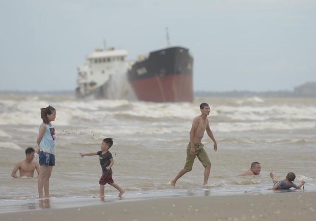 Chùm ảnh: Bất chấp sóng to gió lớn sau bão số 2, nhiều gia đình vẫn đưa trẻ em ra tắm biển Cửa Lò - Ảnh 5.