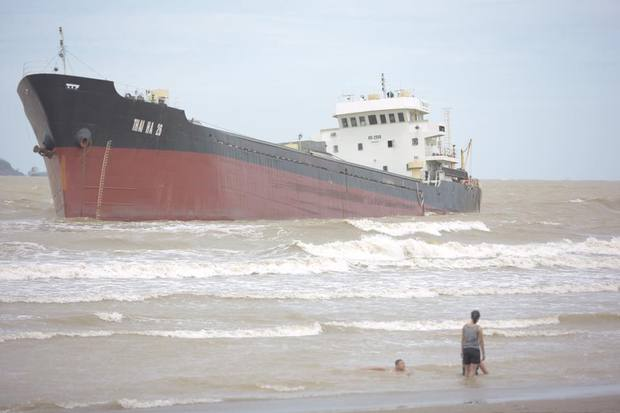 Chùm ảnh: Bất chấp sóng to gió lớn sau bão số 2, nhiều gia đình vẫn đưa trẻ em ra tắm biển Cửa Lò - Ảnh 9.