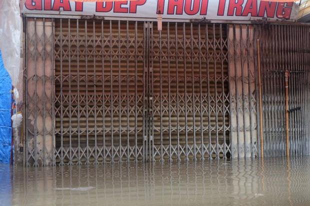 Chợ Nhà Xanh thất thủ, nước ngập sâu hơn 1m sau bão số 2 - Ảnh 1.