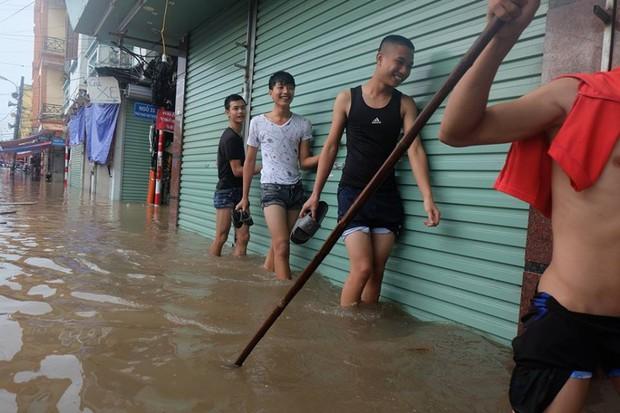 Chợ Nhà Xanh thất thủ, nước ngập sâu hơn 1m sau bão số 2 - Ảnh 8.