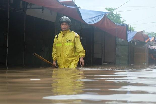 Chợ Nhà Xanh thất thủ, nước ngập sâu hơn 1m sau bão số 2 - Ảnh 10.