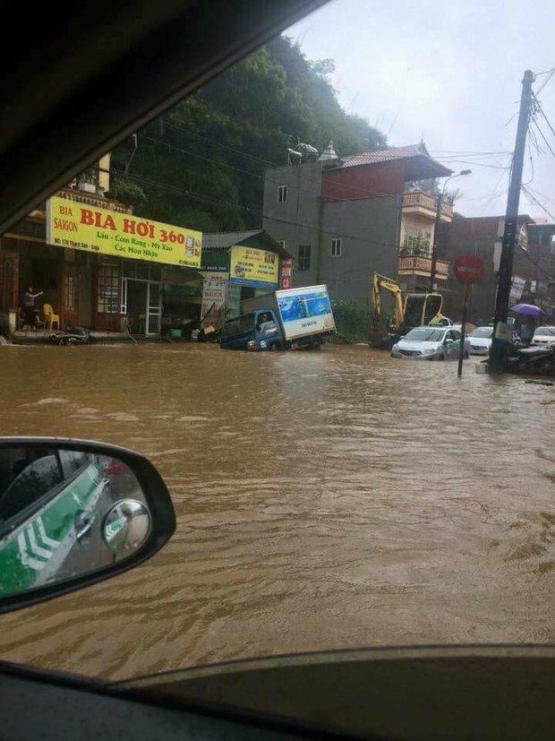 Clip: Mưa lớn do ảnh hưởng bão số 2, lũ cuồn cuộn như thác đổ tại phố Cầu Mây Sa Pa - Ảnh 3.