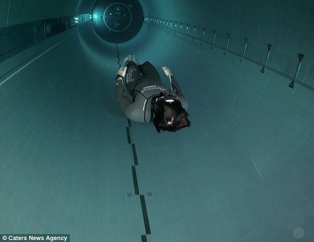 Video anh chàng hít một hơi lặn xuống bể bơi sâu nhất thế giới: Xem thôi mà cũng thấy ngộp thở - Ảnh 2.