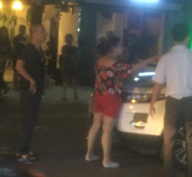 Hà Nội: Vợ ôm con gào thét rồi ngất xỉu khi bắt quả tang chồng cặp kè với nhân tình trên xe - Ảnh 3.