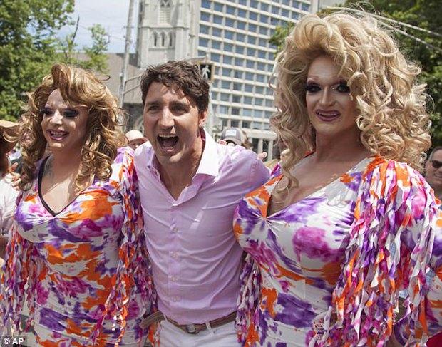 Thủ tướng Canada xuất hiện rạng rỡ cùng những người chuyển giới trong buổi tuần hành tự hào LGBT - Ảnh 1.