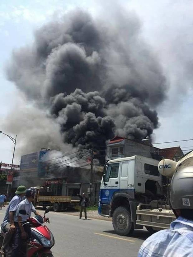 Trưa ngày 29/7, một xưởng sản xuất bánh kẹo tư nhân trên địa bàn xã Đức Thượng (Hoài Đức, Hà Nội) bất ngờ bốc cháy dữ dội, khói đen bốc cao hàng chục mét. Vào thời điểm này, nhiều công nhân vẫn đang mắc kẹt bên trong. Ảnh: Định Nguyễn