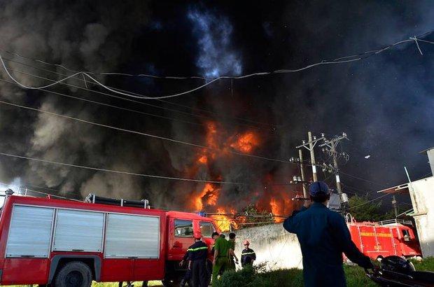 Chùm ảnh: Hàng trăm cảnh sát vất vả chữa cháy ở xưởng nhựa vùng ven Sài Gòn - Ảnh 3.