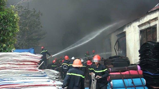 Chùm ảnh: Hàng trăm cảnh sát vất vả chữa cháy ở xưởng nhựa vùng ven Sài Gòn - Ảnh 6.