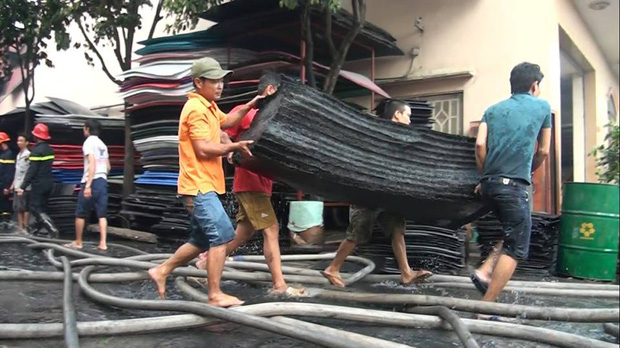 Chùm ảnh: Hàng trăm cảnh sát vất vả chữa cháy ở xưởng nhựa vùng ven Sài Gòn - Ảnh 7.