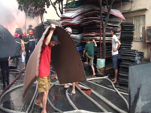 Chùm ảnh: Hàng trăm cảnh sát vất vả chữa cháy ở xưởng nhựa vùng ven Sài Gòn - Ảnh 8.