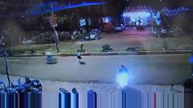 Sang đường không chú ý, cô gái bị xe máy tông văng hơn 10 mét - Ảnh 1.