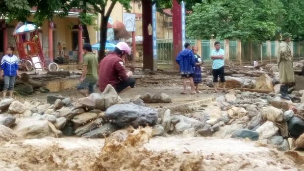 Chùm ảnh và clip về trận lũ quét kinh hoàng ở Yên Bái, Sơn La khiến nhiều người chết và mất tích - Ảnh 7.