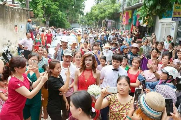 Hàng trăm người hiếu kì xem đám cưới của cô dâu chuyển giới và chú rể Thanh Hóa - Ảnh 7.