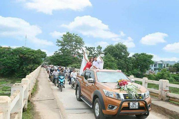 Hàng trăm người hiếu kì xem đám cưới của cô dâu chuyển giới và chú rể Thanh Hóa - Ảnh 6.
