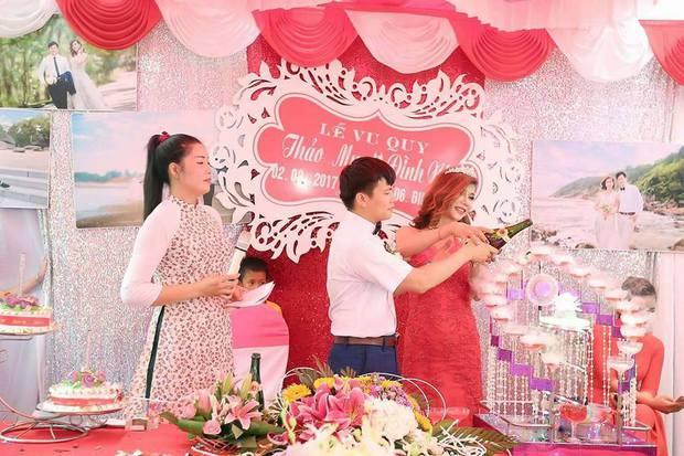 Hàng trăm người hiếu kì xem đám cưới của cô dâu chuyển giới và chú rể Thanh Hóa - Ảnh 9.