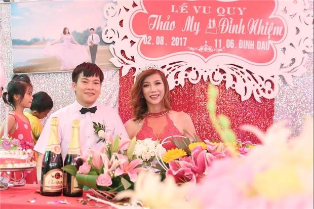 Hàng trăm người hiếu kì xem đám cưới của cô dâu chuyển giới và chú rể Thanh Hóa - Ảnh 10.