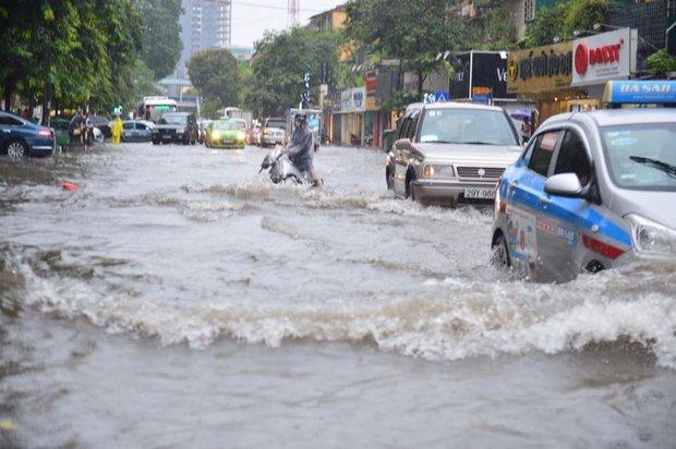 Chùm ảnh: Xe máy đổ rạp trước sóng nước ở đường Phạm Ngọc Thạch sau mưa - Ảnh 2.