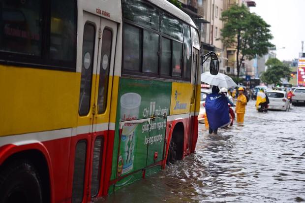 Chùm ảnh: Xe máy đổ rạp trước sóng nước ở đường Phạm Ngọc Thạch sau mưa - Ảnh 5.