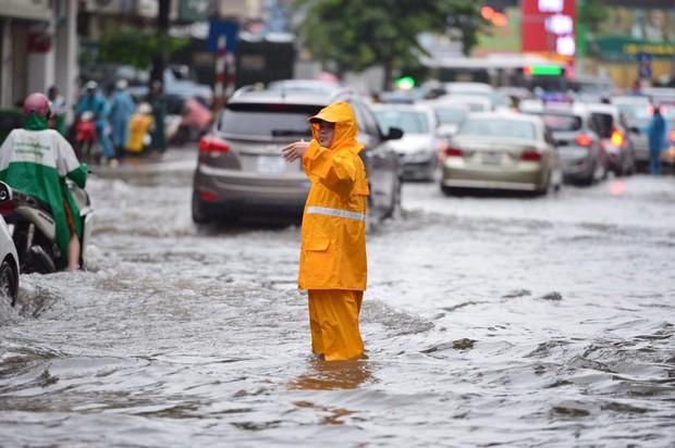 Chùm ảnh: Xe máy đổ rạp trước sóng nước ở đường Phạm Ngọc Thạch sau mưa - Ảnh 4.