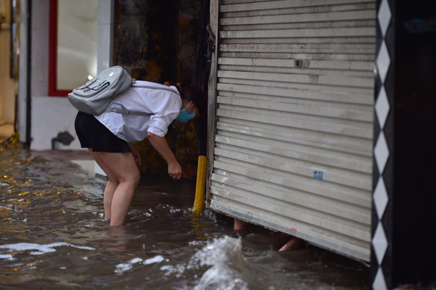 Chùm ảnh: Xe máy đổ rạp trước sóng nước ở đường Phạm Ngọc Thạch sau mưa - Ảnh 7.