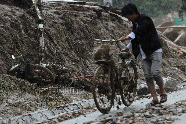 Loạt xe máy biến dạng ngoi lên từ bùn lầy sau lũ - Ảnh 12.