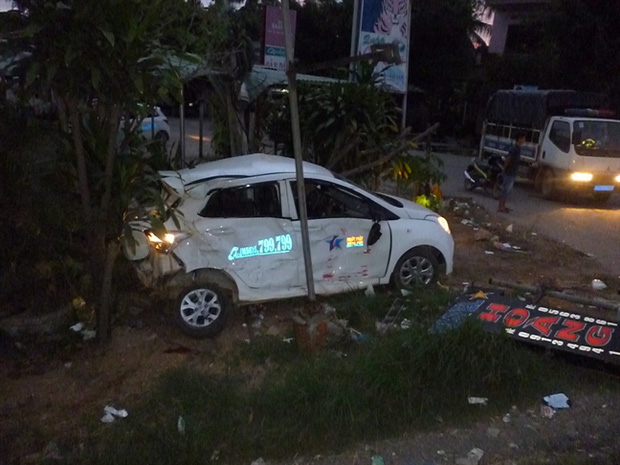 Xe taxi hư hỏng nặng sau vụ tai nạn. Ảnh: Diệp Bảo Sương