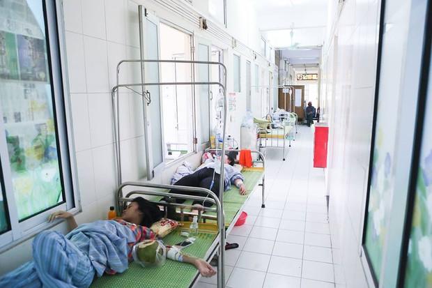 Bệnh nhân sốt xuất huyết nằm la liệt ở bệnh viện Bạch Mai - Ảnh 10.