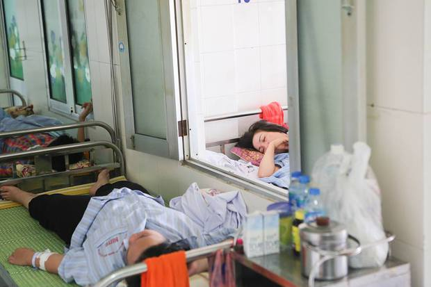 Bệnh nhân sốt xuất huyết nằm la liệt ở bệnh viện Bạch Mai - Ảnh 13.