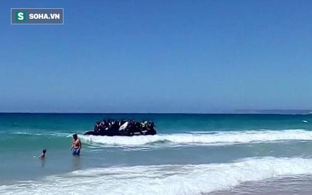 Đang tắm biển, du khách thất kinh trước màn đổ bộ của người nhập cư - Ảnh 1.