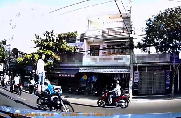 Tạm giữ nam thanh niên đứng trên xe máy phóng như bay ở Đà Nẵng - Ảnh 1.