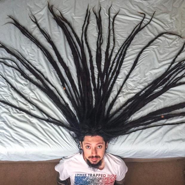 Chàng trai nuôi tóc suốt 13 năm nhưng đã quyết định cắt tóc vì một lý do cảm động - Ảnh 1.