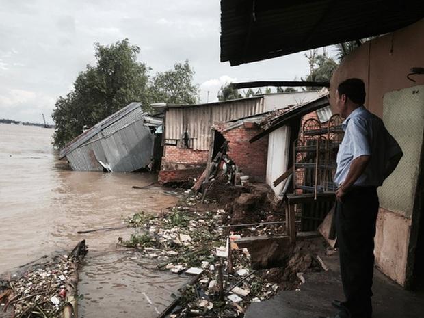 '. Sạt lở kinh hoàng, nhiều căn nhà trôi xuống sông .'