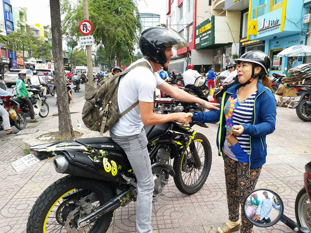 Soái ca chạy môtô tung cú đạp, tóm gọn tên cướp giật dây chuyền vàng của người đi đường - Ảnh 2.