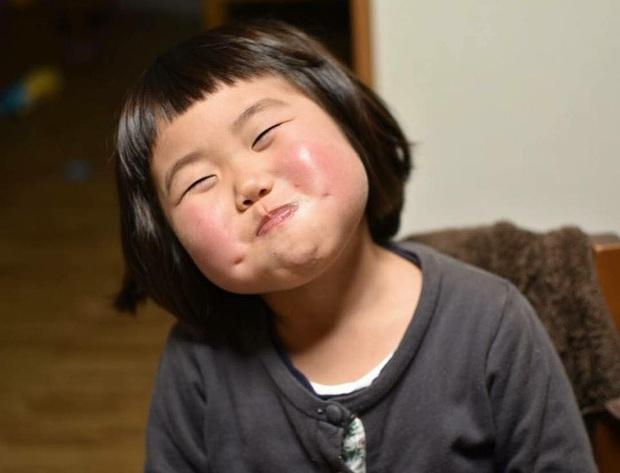 Bị mẹ dìm hàng không thương tiếc nhưng biểu cảm mặt xấu của cô bé 5 tuổi vẫn khiến dân mạng điêu đứng - Ảnh 1.