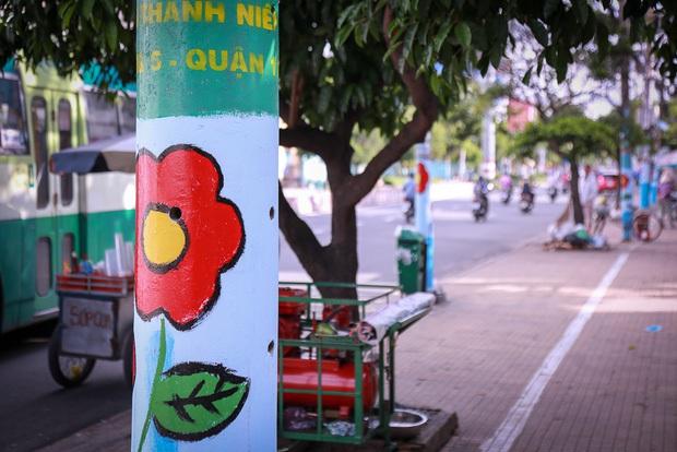 Đồng phục hoa trên hàng trăm cây cột điện gây tranh cãi, chuyên gia đô thị và người trong cuộc lên tiếng - Ảnh 4.