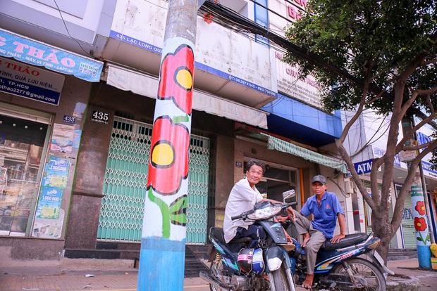 Đồng phục hoa trên hàng trăm cây cột điện gây tranh cãi, chuyên gia đô thị và người trong cuộc lên tiếng - Ảnh 2.