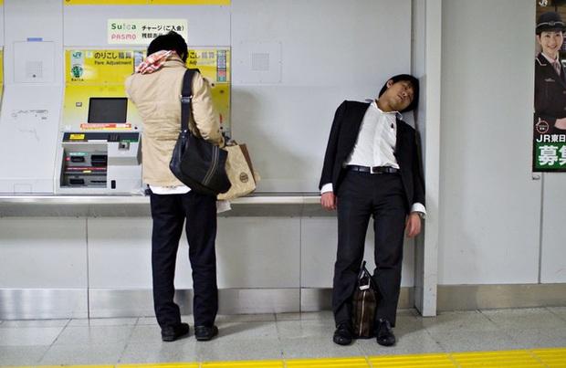 Cuộc sống bi thảm của những doanh nhân Nhật Bản: làm việc như robot, thờ ơ với sex và chuyện tình cảm - Ảnh 2.