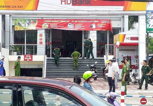 Đồng Nai: Hai thanh niên xông vào ngân hàng uy hiếp, cướp tiền giữa ban ngày - Ảnh 1.