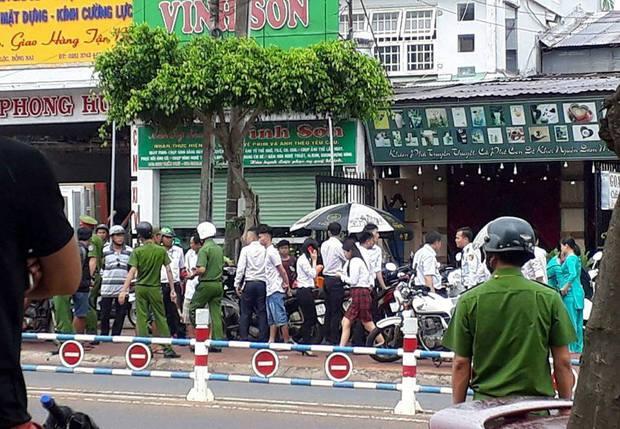 Đồng Nai: Hai thanh niên xông vào ngân hàng uy hiếp, cướp tiền giữa ban ngày - Ảnh 2.