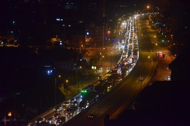 Hà Nội: Vành đai 3 ùn tắc nhiều tiếng đồng hồ, người dân vạ vật ngoài cao tốc bắt xe về quê trong đêm - Ảnh 2.