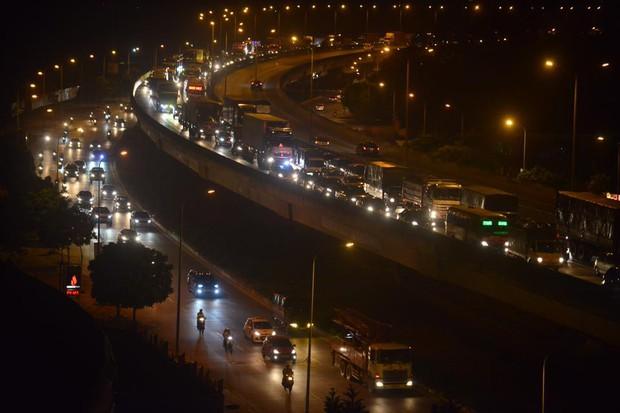 Hà Nội: Vành đai 3 ùn tắc nhiều tiếng đồng hồ, người dân vạ vật ngoài cao tốc bắt xe về quê trong đêm - Ảnh 3.