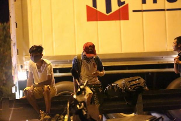 Hà Nội: Vành đai 3 ùn tắc nhiều tiếng đồng hồ, người dân vạ vật ngoài cao tốc bắt xe về quê trong đêm - Ảnh 7.